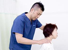 首の痛み・肩の痛みの施術